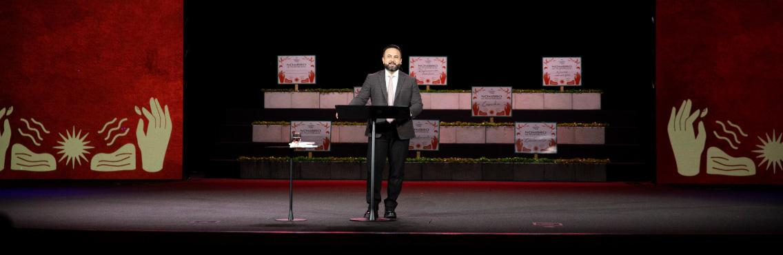 Pastor Otoniel Font comparte mensaje con la congregación