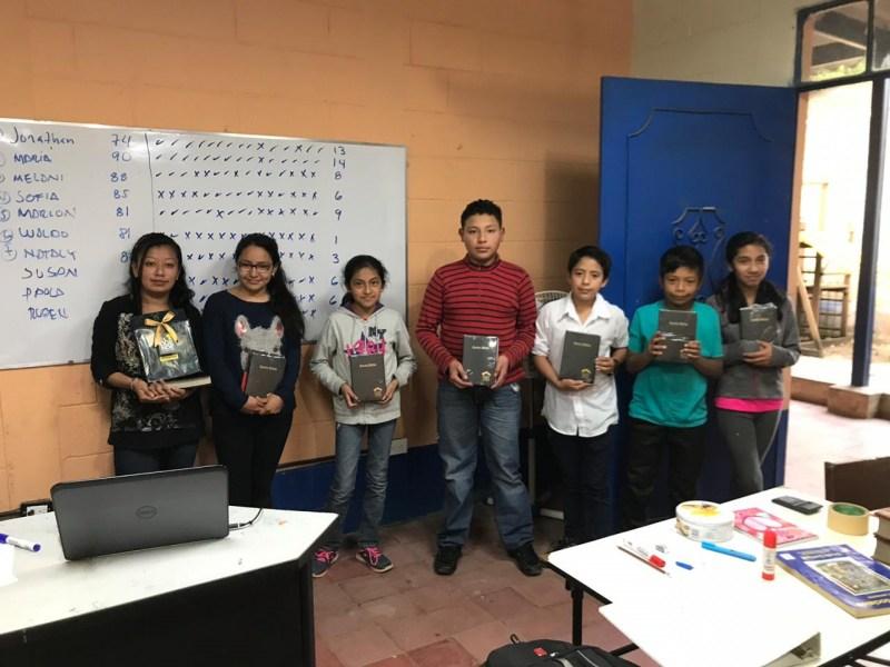 Niños y jóvenes recibieron un curso de inglés durante ocho semanas.