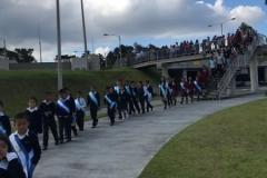Niños destacados ingresan a las instalaciones de Casa de Dios.